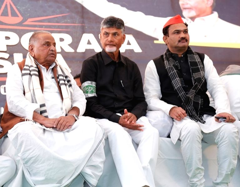 Samajwadi Party patriarch Mulayam Singh Yadav with Andhra Pradesh Chief Minister N. Chandrababu Naidu, who began a 12-hour long fast demanding the Centre to accord special category status ... - N. Chandrababu Naidu and Mulayam Singh Yadav