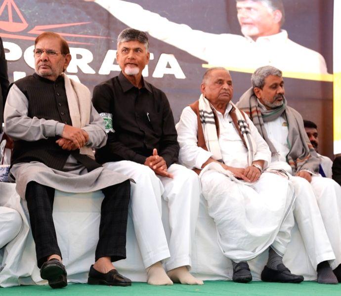 Samajwadi Party patriarch Mulayam Singh Yadav and Loktantrik Janata Dal (LJD) leader Sharad Yadav with Andhra Pradesh Chief Minister N. Chandrababu Naidu, who began a 12-hour long fast ... - N. Chandrababu Naidu, Mulayam Singh Yadav and Sharad Yadav