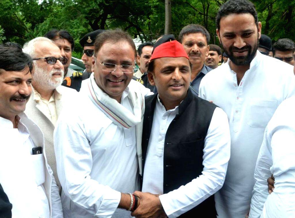 Samajwadi Party President Akhilesh Yadav being welcomed by Congress leader Arun Yadav at his residence, in Bhopal, on July 20, 2018. - Akhilesh Yadav and Arun Yadav