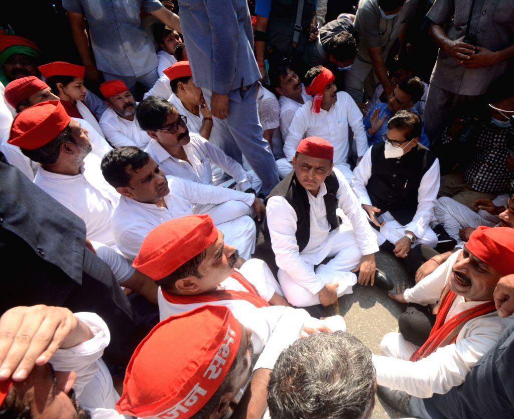 Samajwadi party president Akhilesh Yadav sit on protest against violence in Lakhimpur Kheri  in Lucknow on Monday October 04,2021.(photo: Phool Chand/IANS) - Akhilesh Yadav