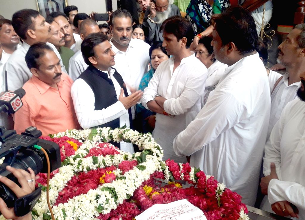 Samajwadi Party (SP) chief Akhilesh Yadav in a conversation with AAP leader Kumar Vishwas after paying their last respects to Hindi poet Gopal Das 'Neeraj' who passed away at the age of 94 on ... - Akhilesh Yadav