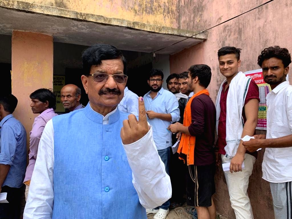 Samastipur: Bihar Congress chief Madan Mohan Jha shows his inked finger after casting his vote for the fourth phase of 2019 Lok Sabha elections in Bihar's Samastipur, on April 29, 2019. (Photo: IANS)