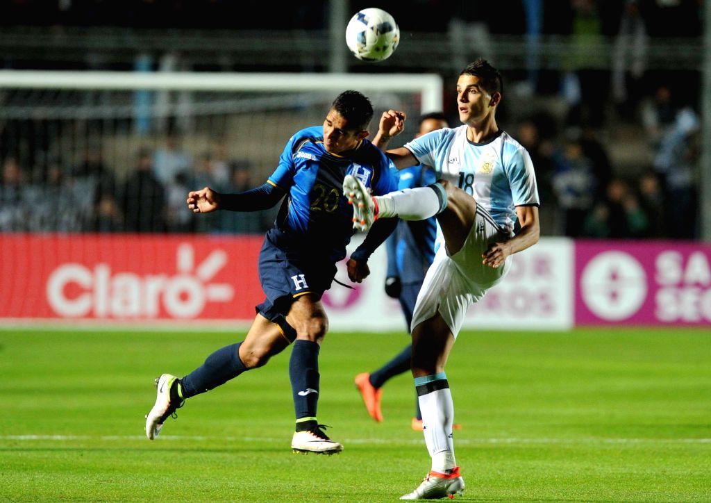 SAN JUAN, May 28, 2016 - Argentina's Erik Lamela (R) vies with Jorge Claros of Honduras during the international friendly match in San Juan, Argentina, on May 27, 2016.