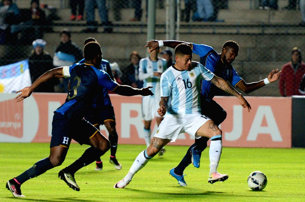 SAN JUAN, May 28, 2016 - Argentina's Marcos Rojo (2nd R) vies with Maynor Figueroa of Honduras during the international friendly match in San Juan, Argentina, on May 27, 2016.