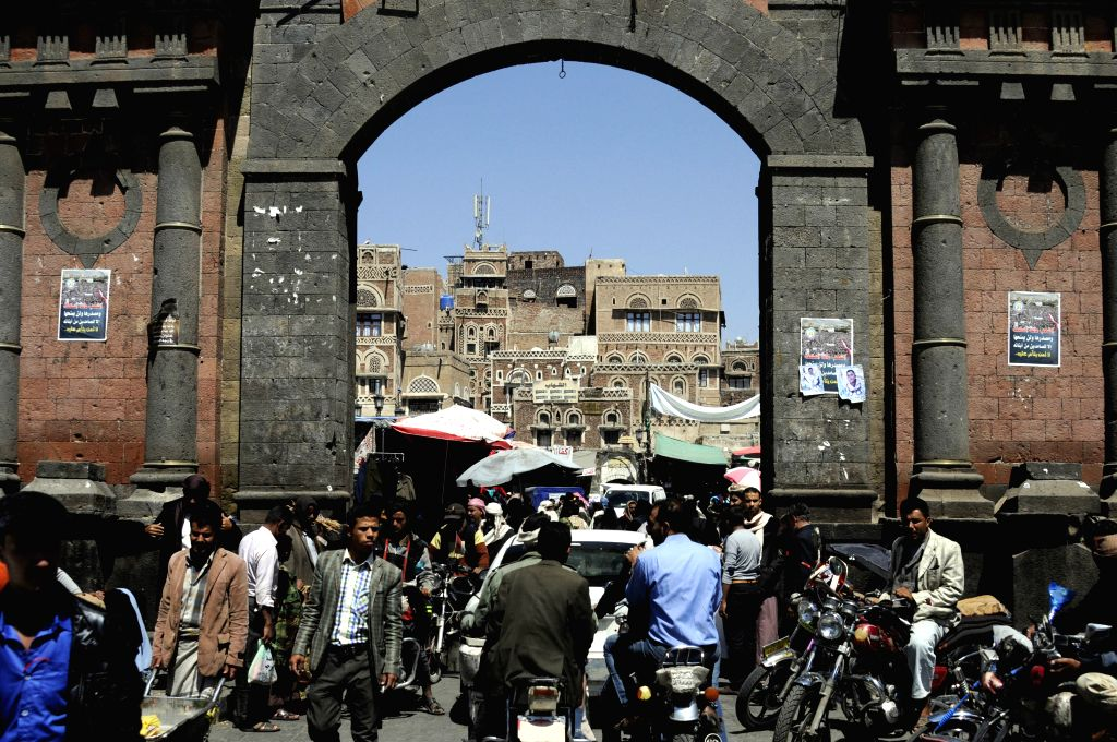 SANAA, Oct. 18, 2016 - People shop at a market in the old city of Sanaa, Yemen, on Oct. 18, 2016. Yemen's President Abdu-Rabbu Mansour Hadi has officially agreed on Monday to a 72-hour ceasefire ...