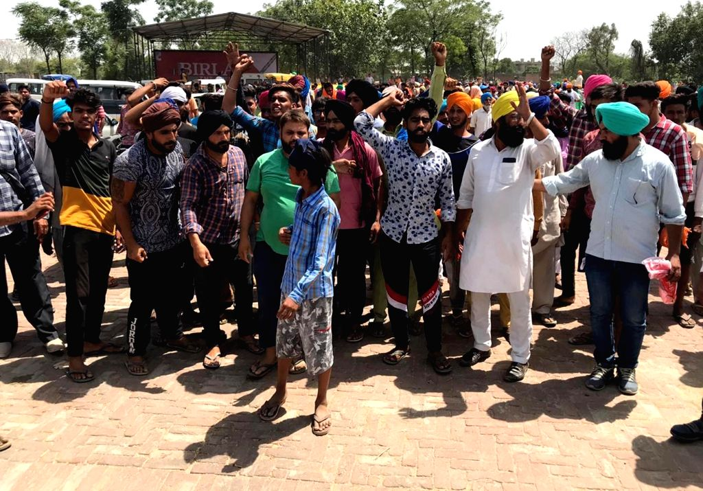 Sangrur: People stage a demonstration against the death of a two-year-old boy who was retrieved from a 150-foot-deep abandoned borewell in a village in Punjab's Sangrur district after six days of rescue operation, on June 11, 2019. Tension prevailed