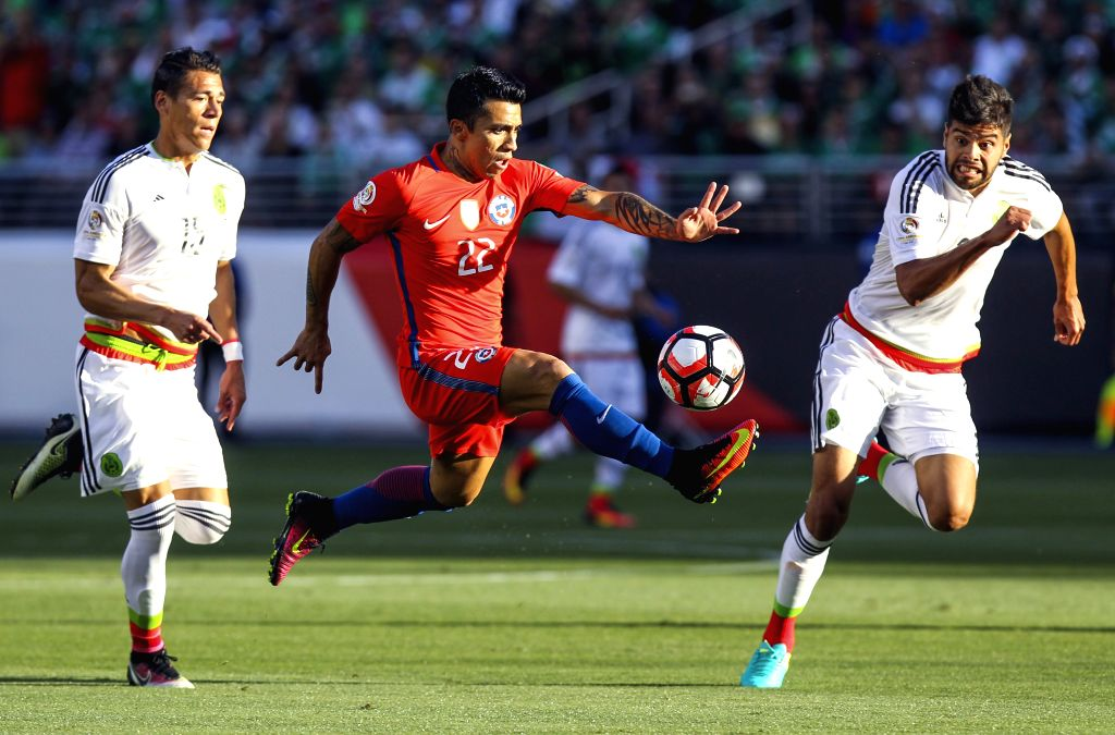 SANTA CLARA, June 19, 2016 - Edson Puch (C) of Chile breaks through as Nesto Araujo (R) and Hector Moreno of Mexico defend during their quarterfinal match of 2016 Copa America soccer tournament at ...