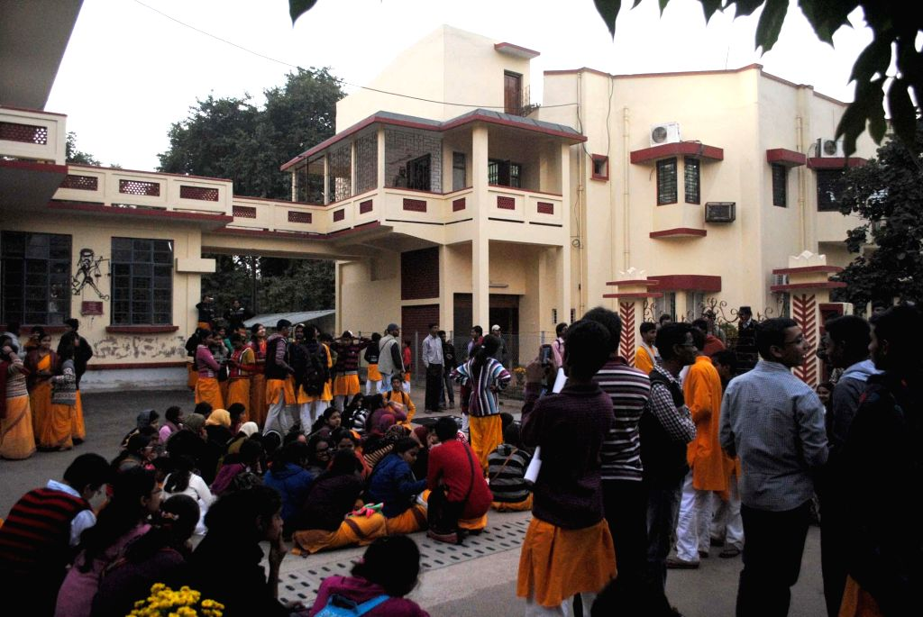 Students at the central office of Visva Bharati on the eve of Poush Mela in Santiniketan, West Bengal on Dec 22, 2014.