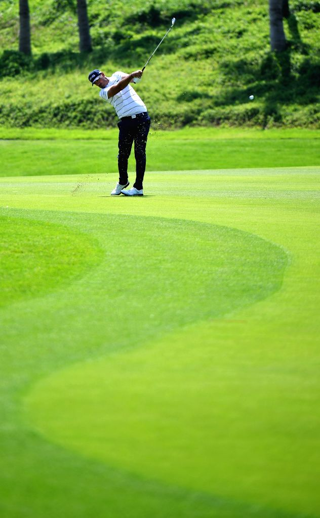 SANYA, Oct. 17, 2019 - Gregory Havret of France chips during the first round match at the European Challenge Golf Tour 2019 Hainan Open in Sanya, south China's Hainan Province, on Oct. 17, 2019.