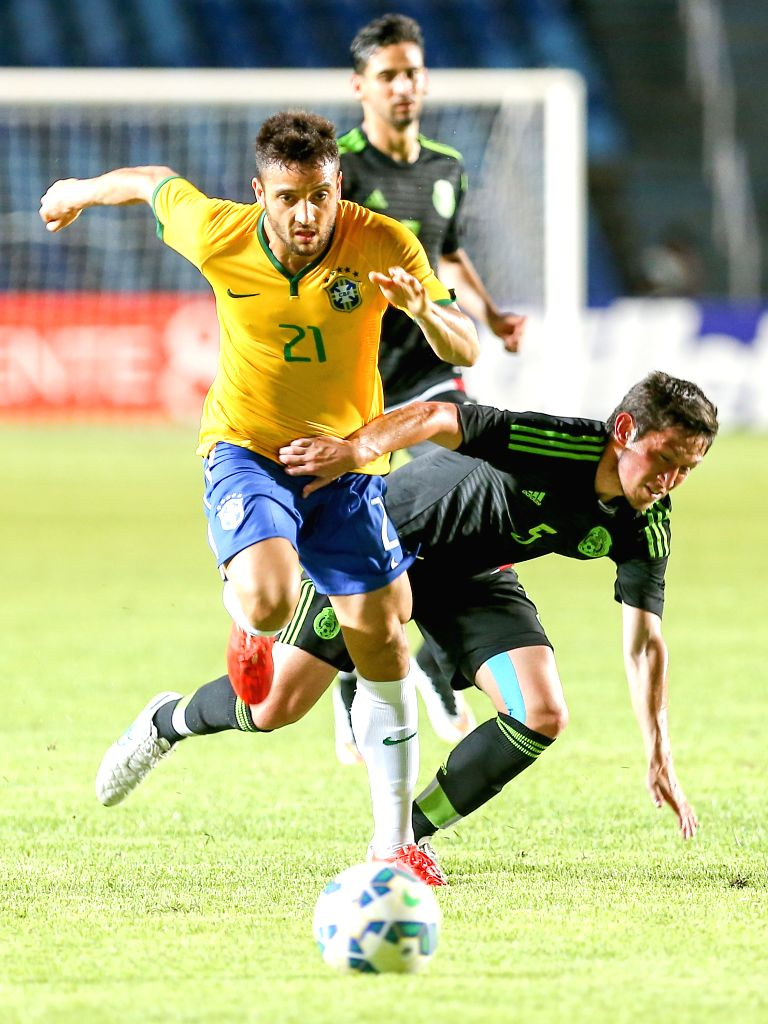 Felipe Anderson (L) of Brazil's Olympic team vies with Hernandez Bernardo of Mexico's Olympic team during their friendly match in Sao Luis, Brazil, March 29, ...