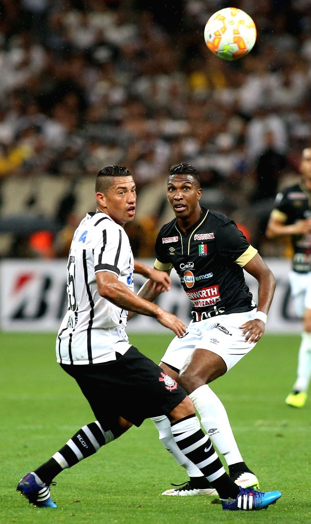Ralf (L) of Brazil's Corinthians vies for the ball with Johan Arango (R) of Colombia's Once Caldas during the match of the Copa Libertadores in Sao Paulo, ...