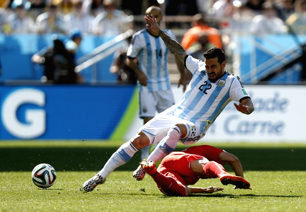 SAO PAULO, July 1, 2014 (Xinhua) -- Argentina's Ezequiel Lavezzi (L, front) falls down in a competition during a Round of 16 match between Argentina and Switzerland of 2014 FIFA World Cup at the Arena de Sao Paulo Stadium in Sao Paulo, Brazil, on Jul