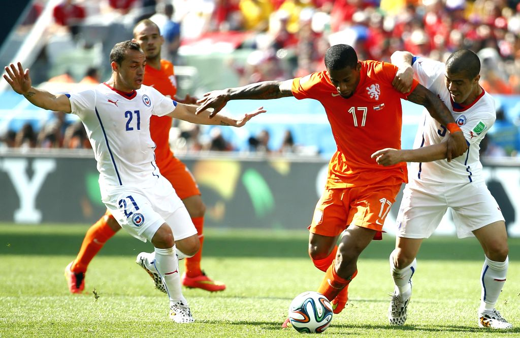 Netherlands' Jeremain Lens (2nd R) breaks through during a Group B match between Netherlands and Chile of 2014 FIFA World Cup at the Arena de Sao Paulo Stadium in ...