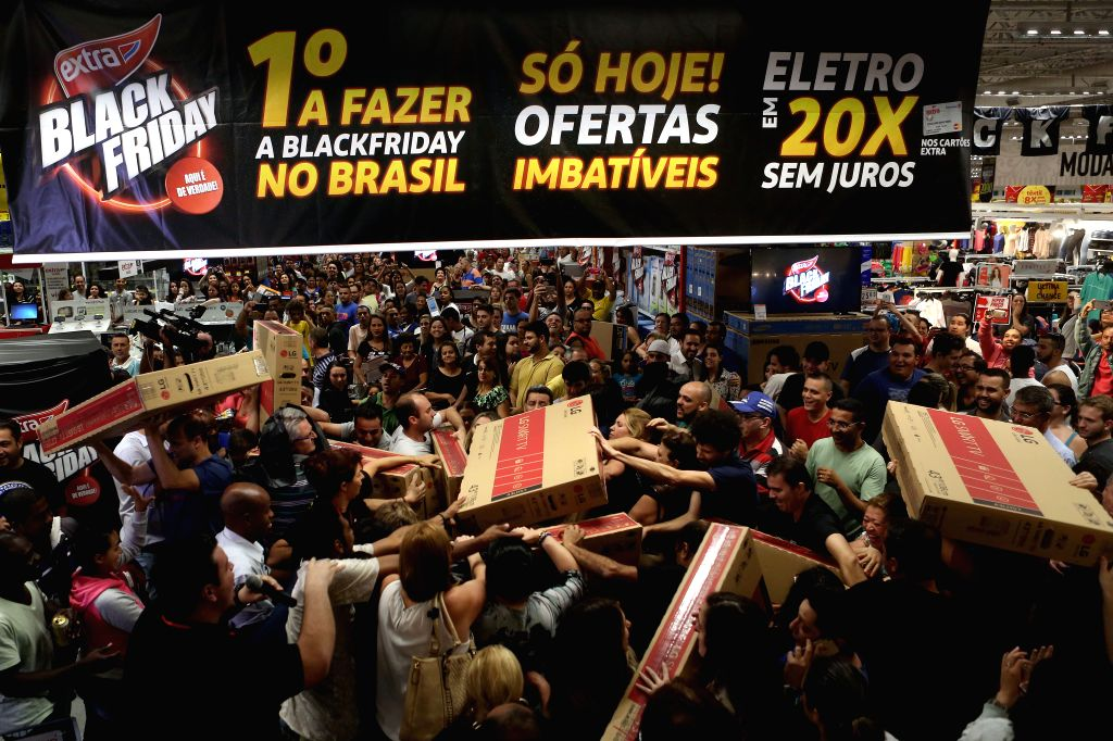 SAO PAULO, Nov. 25, 2016 - People buy products at a store in Sao Paulo, Brazil, Nov. 24, 2016. The store began on Thursday the sales as part of the Black Friday activities.