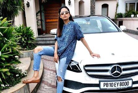 Sargun Mehta flaunts attitude in 'papa ka kurta'. - Sargun Mehta