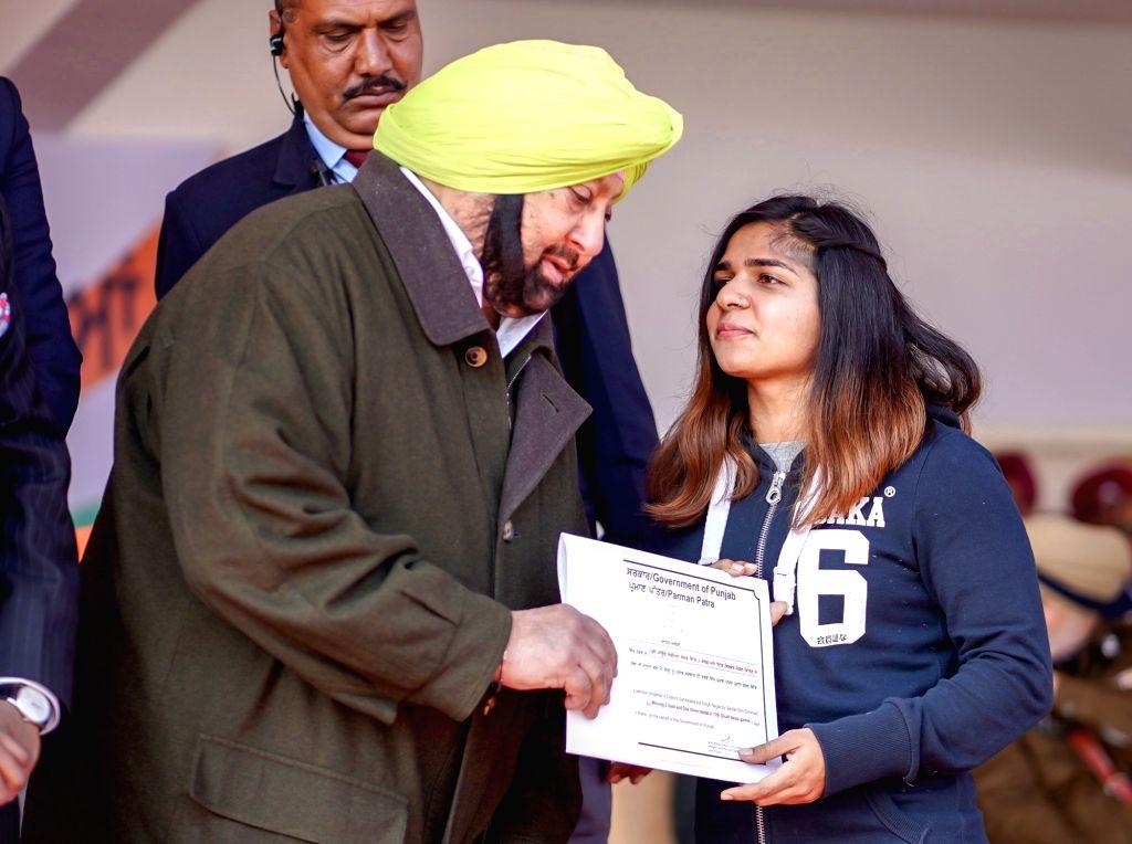SAS Nagar: Punjab Chief Minister Captain Amarinder Singh honours Chahat Arora during the 71st Republic Day celebrations in SAS Nagar district on Jan 26, 2020. - Captain Amarinder Singh and Chahat Arora