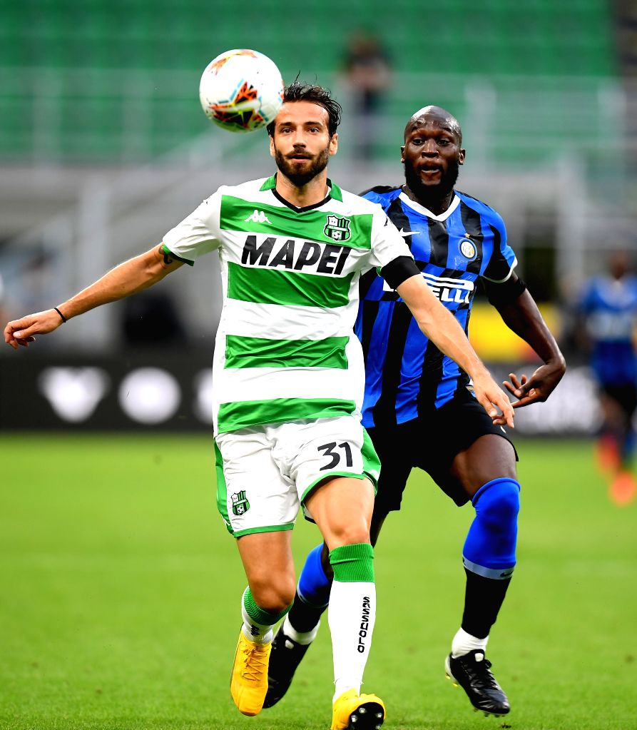 Sassuolo's Gian Marco Ferrari (L) vies with FC Inter's Romelu Lukaku during a Serie A football match between FC Inter and Sassuolo in Milan, Italy, June 24, 2020.