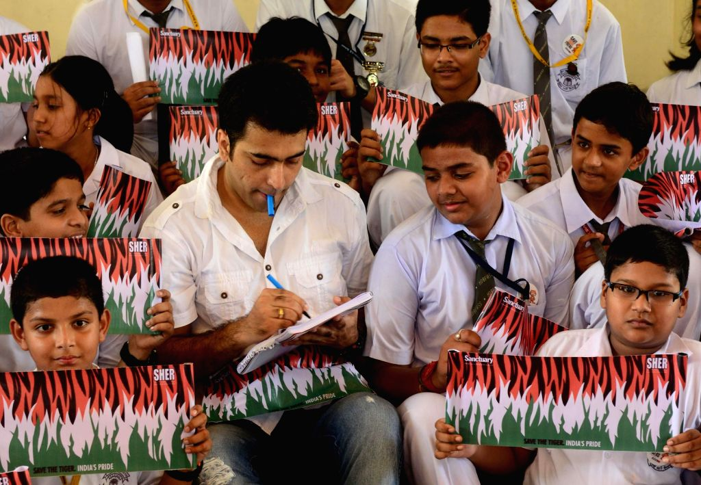 Schol students during a tiger conservation campaign eith actor Abir Chatterjee in Kolkata on August 14, 3013(Photo :::IANS)