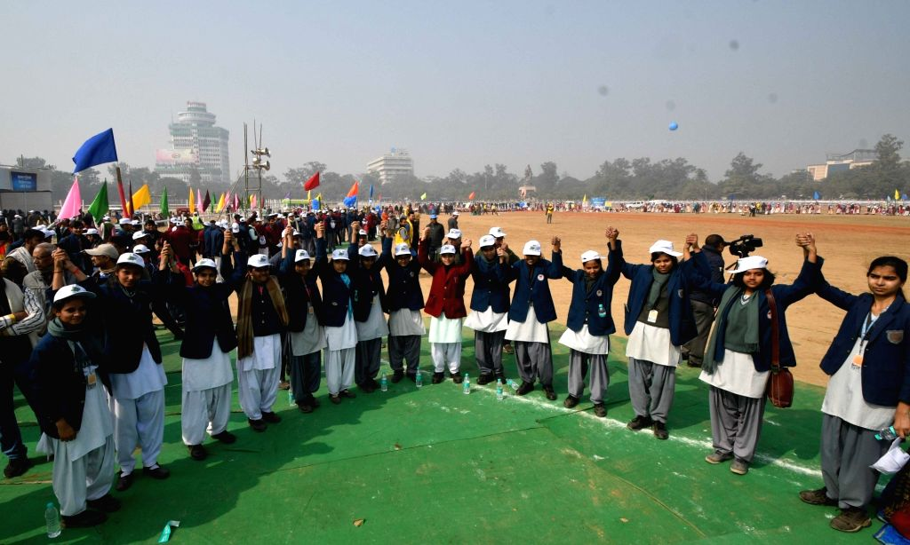 School students form a human chain to protest against dowry and child marriage in Patna on Jan 21, 2018.