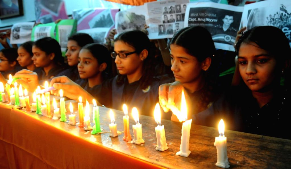 School students pays homage to the martyrs of Kargil War on Kargil Vijay Diwas in Amritsar on July 25, 2016.