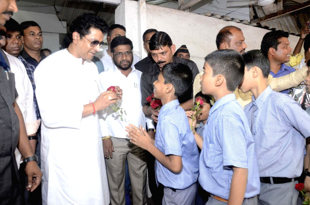 School students present flowers to MNS chief Raj Thackeray, who saved their school from demolition in Mumbai on Aug 17, 2015.