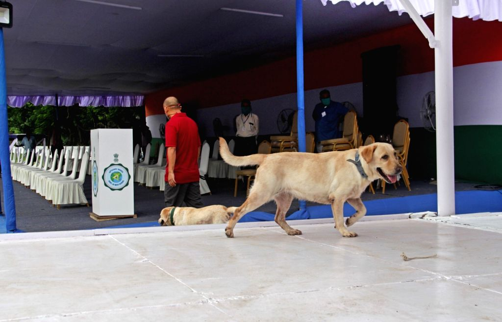 Security checks being conducted with the help of sniffer dogs at Red Road on the eve of the 74th Independence Day celebrations 2020, in Kolkata on Aug 14, 2020.