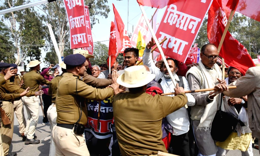 Security personnel at the site where Akhil Bharatiya Kisan Sabha (AIKS) activists stage a demonstration in Patna, on Feb 18, 2019.