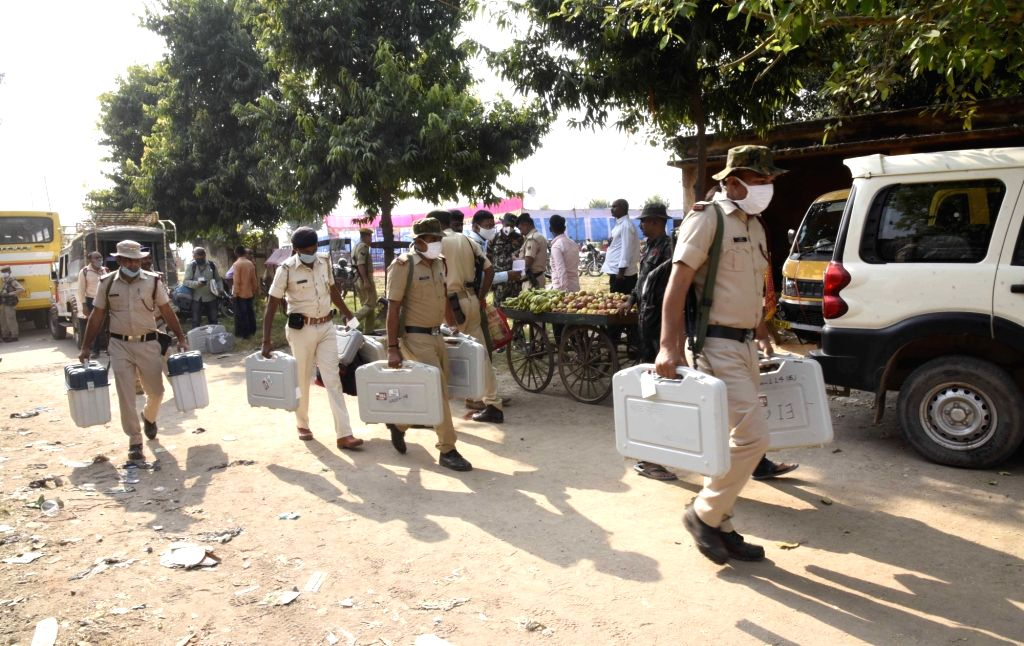 Security personnel carrying Electronic Voting Machines (EVMs) arrive on the eve of first phase of Bihar Assembly Elections, at Paliganj in Patna district on Oct 27, 2020.