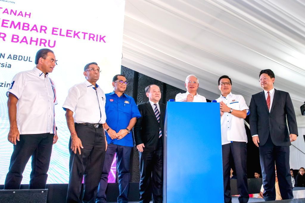 SEGAMAT(Malaysia), April 3, 2018 Malaysian Prime Minister Najib Razak (3rd R) and Ning Jizhe (4th L), deputy director of China's National Development and Reform Commission, attend the ... - Najib Razak