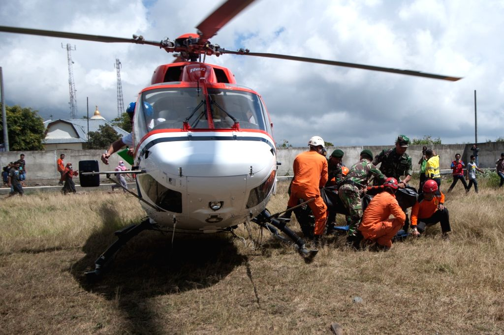 SEMBALUN, July 31, 2018 - Rescues take out a climber's body from helicopter evacuated from Mount Rinjani volcano in East Lombok, Indonesia, July 31, 2018. At least 543 tourists have been rescued from ...