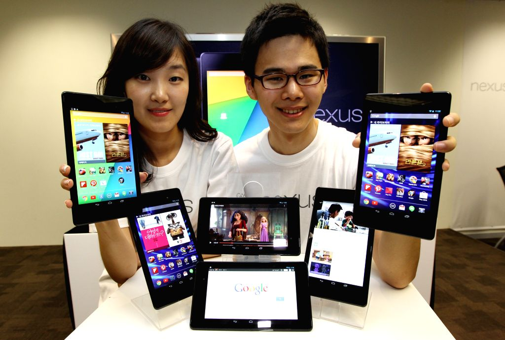SEOUL, Aug. 26, 2013 (Xinhua/IANS) -- Models pose for photos with Google`s tablet Nexus 7 at a launch event at the Google Korea head office in Seoul, South Korea, Aug. 26, 2013. The Nexus 7 will go on sale on Aug. 28 in South Korea. (Xinhua/Park Jin-