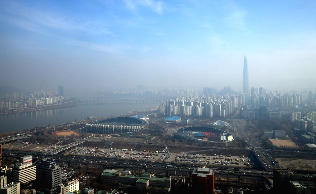 SEOUL, Feb. 22, 2019 - Photo taken on Feb. 22, 2019 shows the Lotte World Tower and other buildings shrouded in smog in Seoul, South Korea.