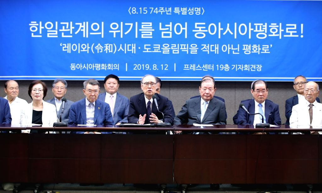 Seoul: Former South Korean Prime Minister Lee Hong-koo (front row, 3rd from L) speaks during a news conference on the announcement of a special statement on a friendly relationship between South Korea and Japan at the Press Center in Seoul on Aug. 12 - Lee Hong