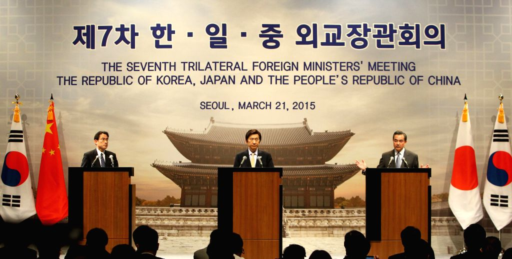Chinese Foreign Minister Wang Yi(R), Foreign Minister of the Republic of Korea (ROK) Yun Byung-Se(C) and Japanese Foreign Minister Fumio Kishida, attend the joint ... - Wang Y