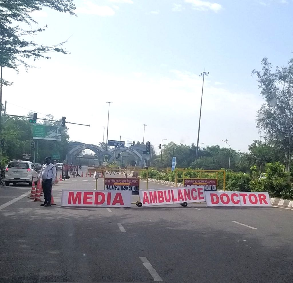 Separate lanes for media personnel, ambulance and doctors at Delhi-Noida border.