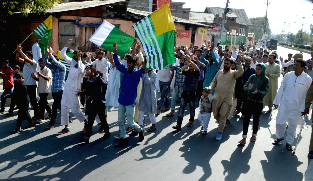 Separatists march towards the UN observer's office in Srinagar on Oct 7, 2016. The authorities imposed restrictions in Srinagar to prevent the march.