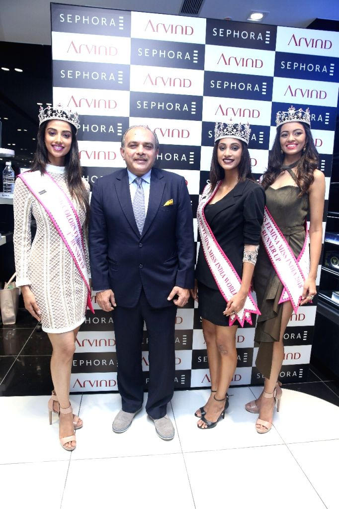 Sephora India COO Vivek Bali at Arvind Beauty Brands along with Miss India World 2018 winners Anukreethy Vas, Meenakshi Chaudhary and Shreya Rao Kamavarapu. - Meenakshi Chaudhary and Shreya Rao Kamavarapu
