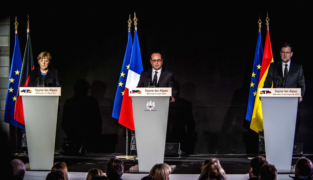 French President Francois Hollande (C), German Chancellor Angela Merkel (L) and Spanish Prime Minister Mariano Rajoy hold a press conference in Seyne-les-Alpes, ... - Mariano Rajoy