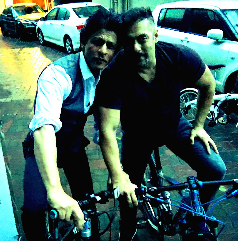 Shah Rukh with Salman. (Courtesy twitter)
