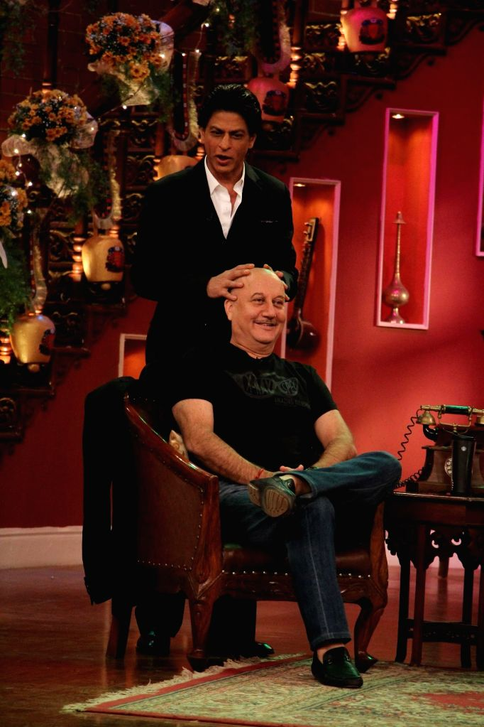 Shahrukh Khan gives champi to Anupam Kher on the sets of Comedy Nights With Kapil at Dilwale Dulhania Le Jayenge 1000 weeks completion special episode shoot on Comedy Nights With Kapil in Mumbai on .. - Shahrukh Khan and Anupam Kher