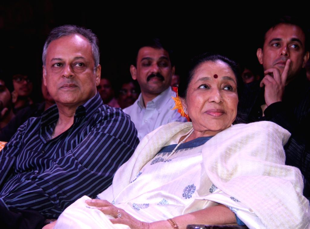 Shailendra Singh and Asha Bhosle during the 77th birthday celebration of late Bollywood music director R D Burman, in Mumbai on June 24, 2016. - R D Burman, Asha Bhosle and Shailendra Singh