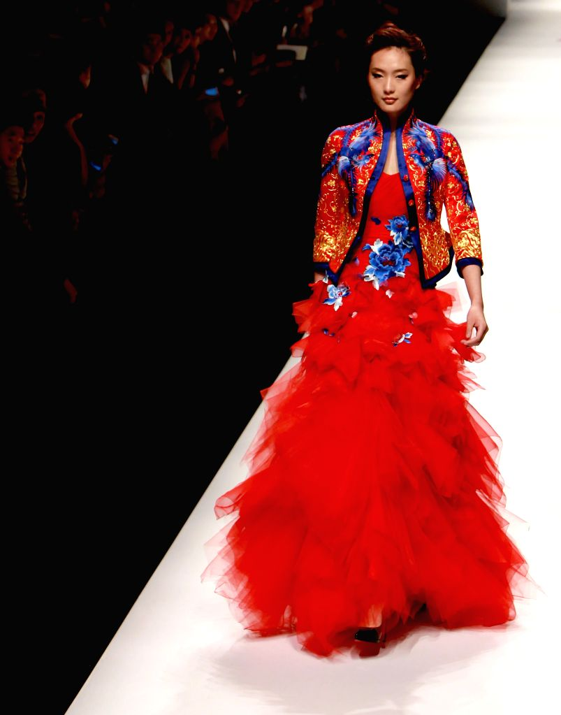 A model presents a creation at the Zhuang Rong Autumn/Winter 2014 during the Shanghai Fashion Week in Shanghai, east China, April 16, 2014. (Xinhua/Zhuang ...