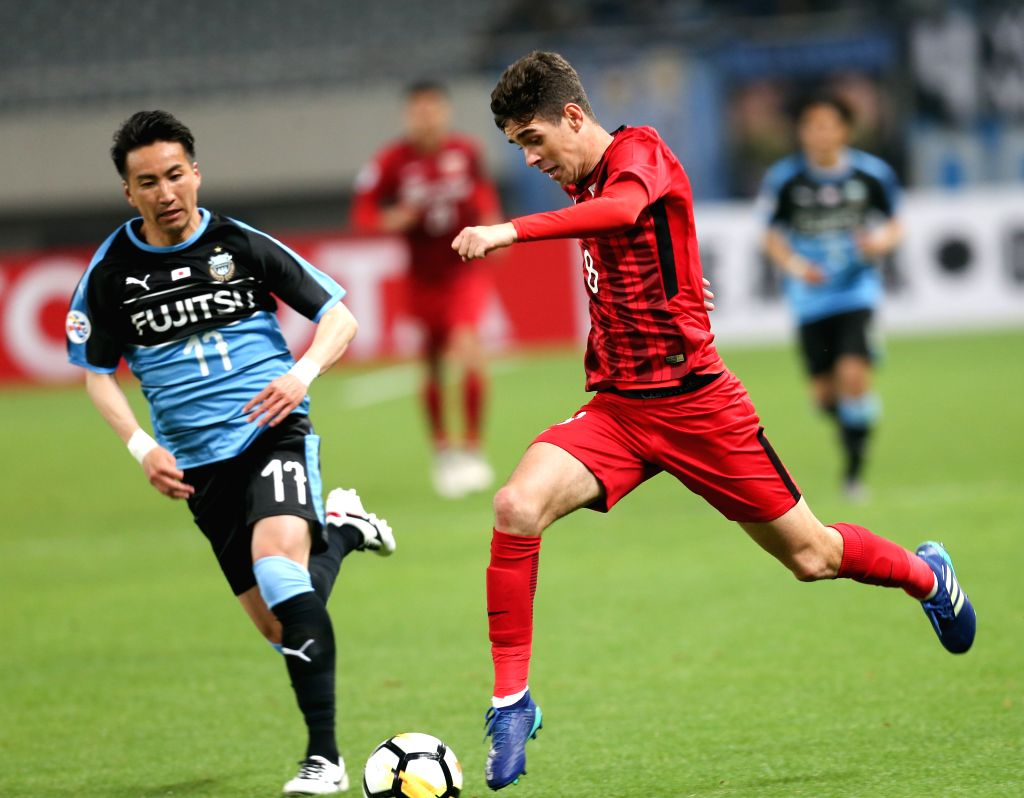 SHANGHAI, April 4, 2018 - Oscar (R) of Shanghai SIPG FC competes during the AFC Champions League group F soccer match between China's Shanghai SIPG FC and Japan's Kawasaki Frontale in Shanghai, east ...