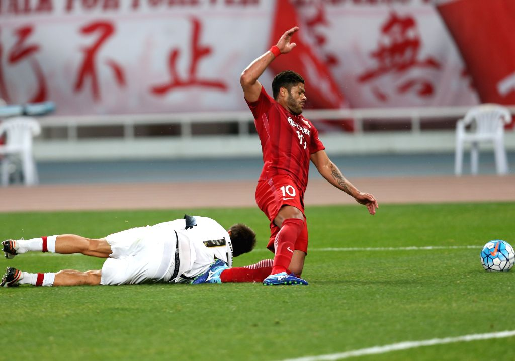 SHANGHAI, Feb. 28, 2017 - Hulk (R) of China's Shanghai SIPG FC is tackled by Aritz Borda of Australia's Western Sydney Wanderers during their AFC Champions League Group F match at Shanghai Stadium in ...