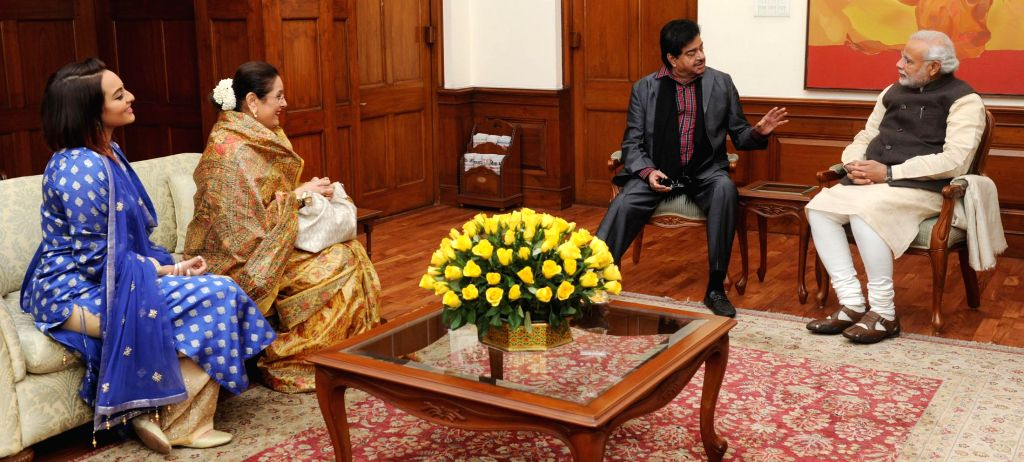 Shatrughan Sinha, his daughter, actress Sonakshi Sinha and his wife call on Prime Minister Narendra Modi, in New Delhi on Jan 6, 2015. - Sonakshi Sinha, Narendra Modi and Shatrughan Sinha