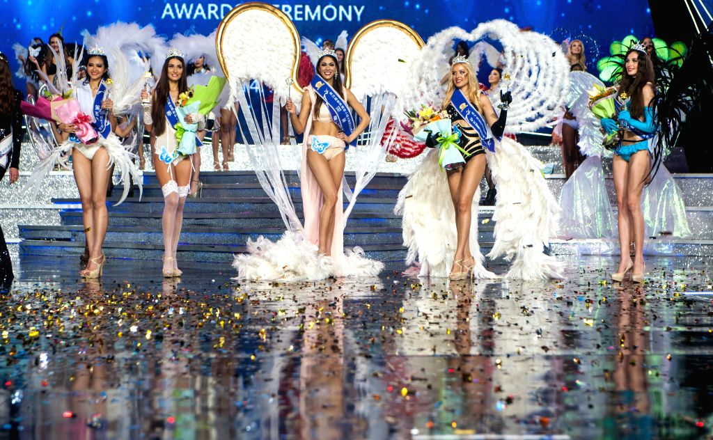 Shenzhen (China): The top 5 models of the contest greet the audience in Shenzhen, China, on Nov. 29, 2014. U.S. model Shelynne Hoyt was crowned at the 26th Miss Model of the World International Grand - Shelynne Hoyt