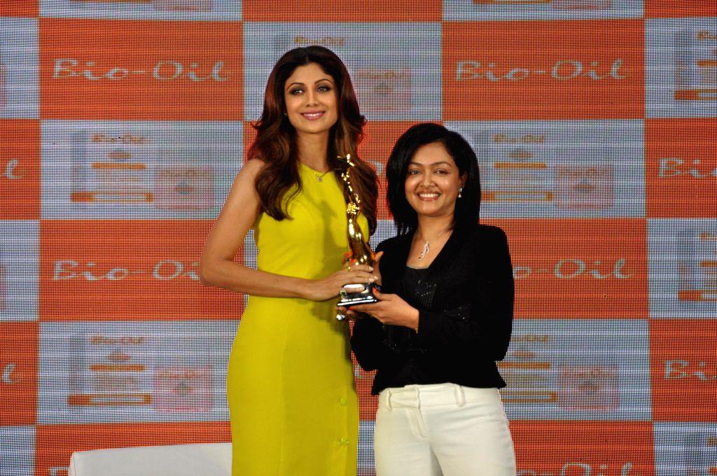 Shilpa Shetty accepting the Bio Oil Yummy Mummy award from cosmetic physician Dr. Rashmi Shetty during the launch of The Yummy Mummy Calender in Mumbai on May 8, 2014. - Rashmi Shetty
