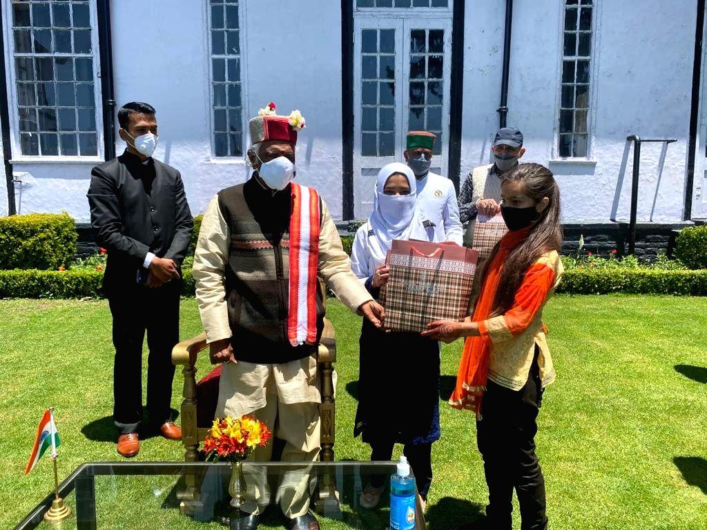 Shimla : Himachal Pradesh Governor Bandaru Dattatreya presented fruits and sweets to the Muslim brothers and sisters  at Raj Bhavan, Himachal Pradesh on May 14, 2021.