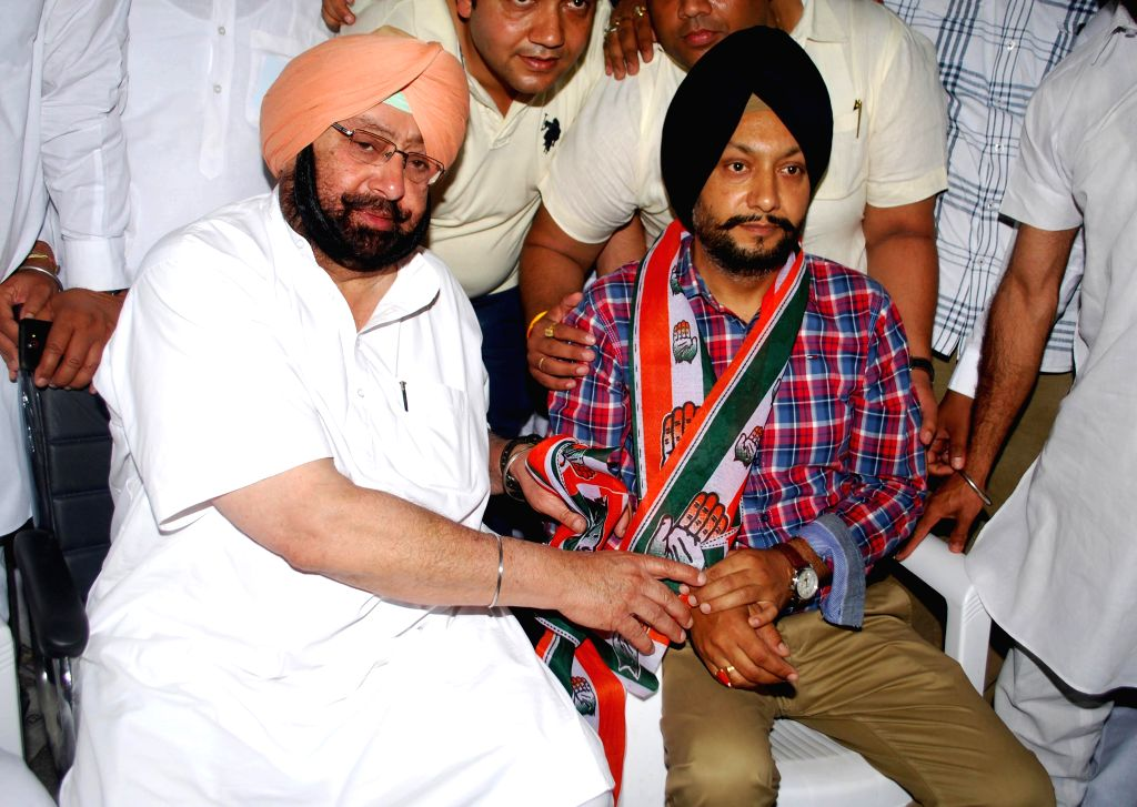 Shiromani Akali Dal leader Mandeep Singh Manna joins Congress in presence of Congress candidate for upcoming 2014 Lok Sabha Election from Amritsar, Captain Amarinder Singh in Amritsar on April 10, ... - Amarinder Singh and Mandeep Singh Manna
