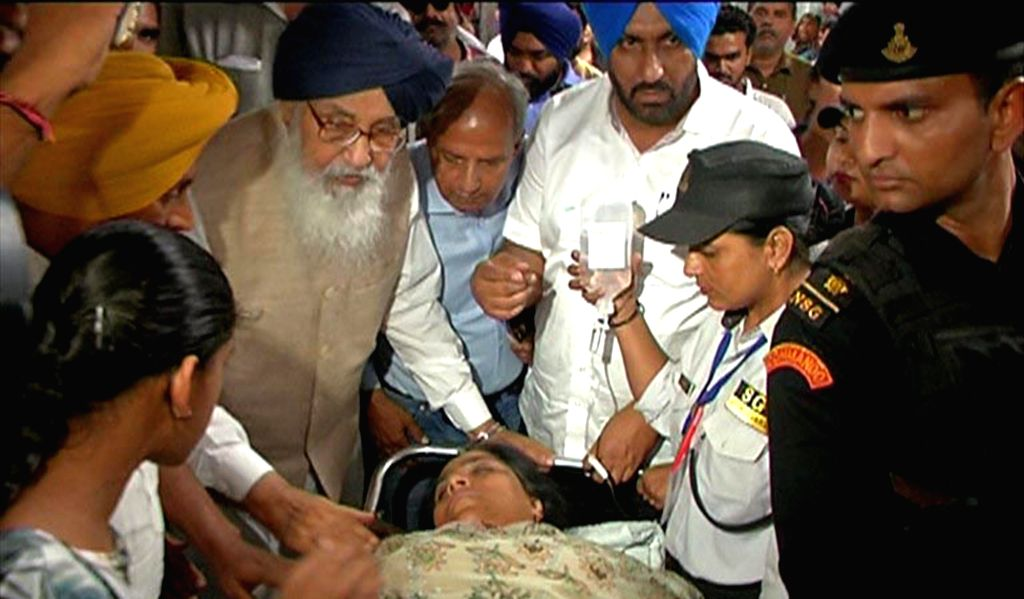 Shiromani Akali Dal leader Parkash Singh Badal visits AAP MLA Sarabjit Kaur Manuke who was admitted to hospital after she sustained injuries while being forcibly evicted from Punjab Assembly in ... - Parkash Singh Badal and Sarabjit Kaur Manuke